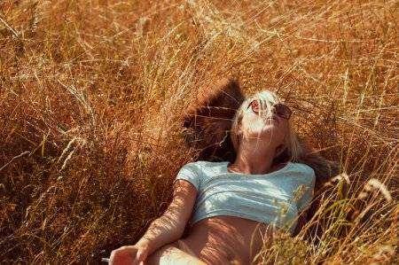 Девушка наслаждается летним днем (11 фото) НЮ