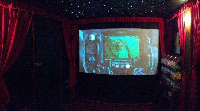 Личный кинотеатр во дворе дома (13 фото)