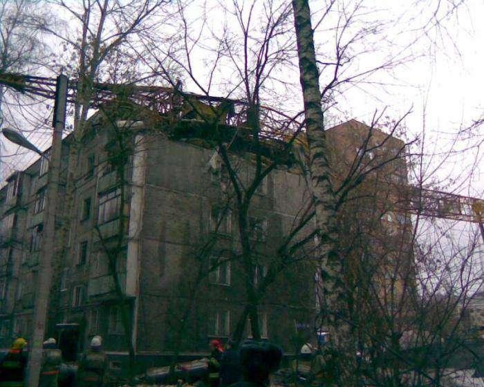 Кран упал на жилой дом (2 фото)