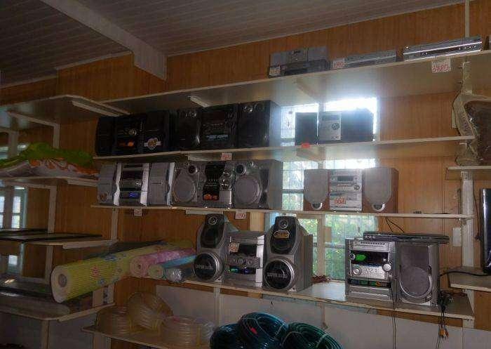Раритетная электроника в торговом центре простого городка (17 фото)
