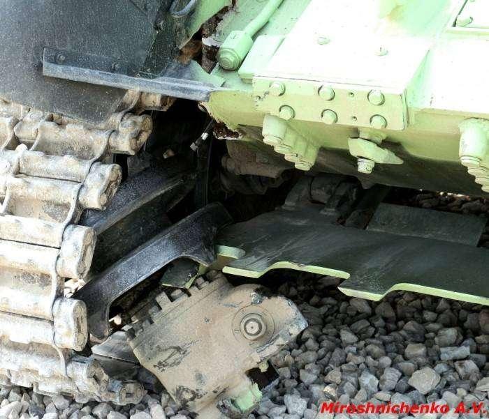 Последствия удара танка о стену (4 фото)