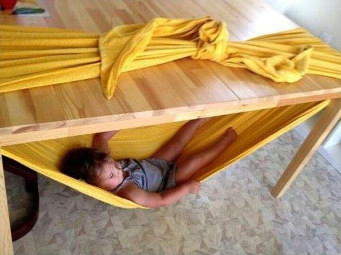 6. Сделать гамак легко. Для этого можно использовать одеяло и столик. дети, родители, советы
