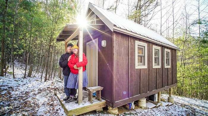 7. Лора и Мэтт рядом со своим домом площадью 12 квадратных метров дом, люди