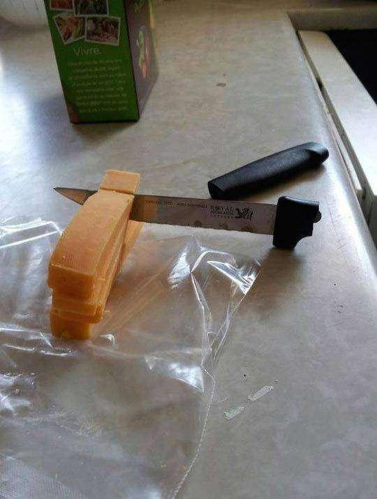 Это декоративный нож для масла, никто же им сыр резать не будет китай, халтура