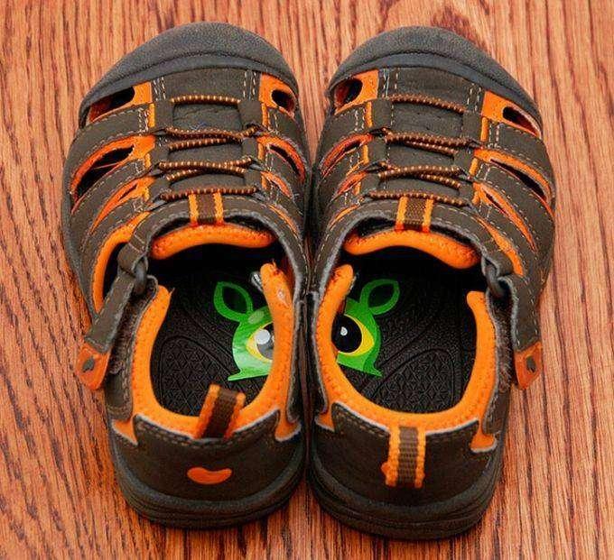 3. Чтобы дети не путали, какой ботинок правый, а какой — левый, можно разрезать наклейку пополам и приклеить половинки внутри обуви. дети, родители, советы