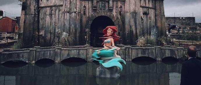 В сети набирают популярность фото из «Унылого Диснейленда» Бэнкси