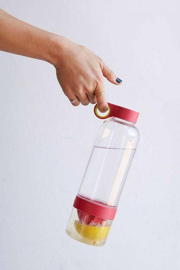 8. Бутылка воды совмещённая с соковыжималкой гаджет, кухня