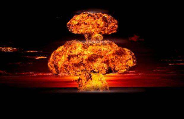 1. Атомная бомба. Роберт Оппенгеймер руководил Манхэттенским проектом, врамках которого было создано ядерное оружие наоснове трудов Эйнштейна. Оппенгеймер сначала приветствовал военное применение атомной бомбы, нопосле бомбардировки Японии передумал. Эйнштейн был более категоричен: «Еслибы язнал, что Германия несможет создать атомную бомбу, тоипальцембы непошевелил, чтобы поддержать еёразработку вСША».