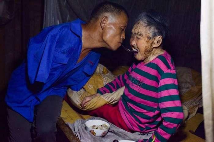 Сын без рук кормит с ложечки свою парализованную мать — зубами