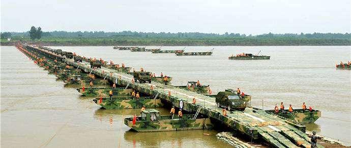Фотофакт: в Китае всего за 15 минут построили понтонный мост длиной 586 метров