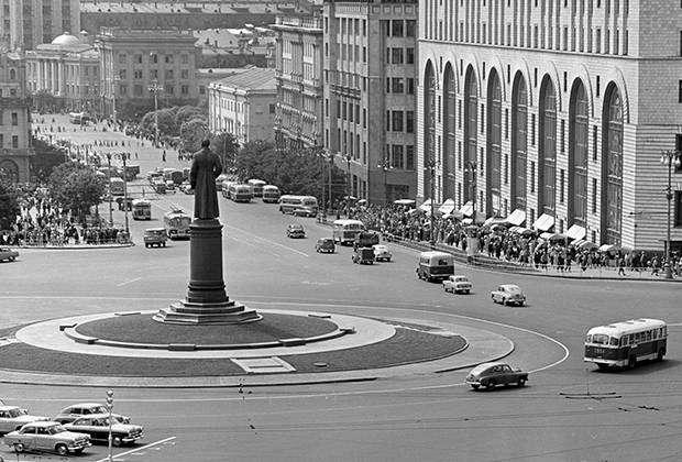Площадь Дзержинского в Москве. Справа – здание магазина «Детский мир»
