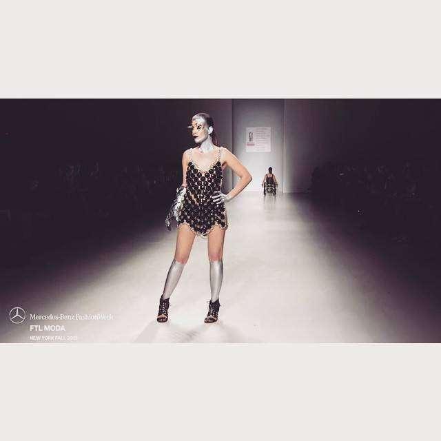 Ребекка дебютировала вкачестве модели вфеврале этого года: девушка представила коллекцию дизайнера Антонио Урци