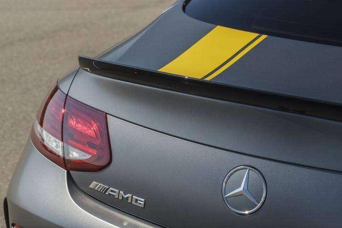 Гоночный Mercedes C63 DTM и его гражданская спецверсия (14 фото)