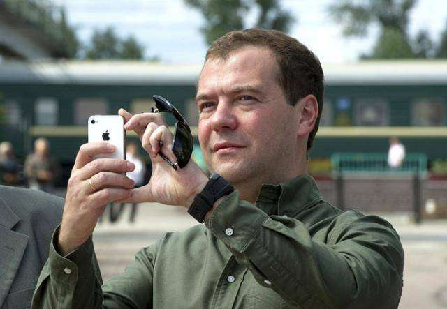 Запрет Медведева на покупку  iphone