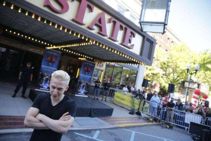 Иллюзионист чуть не погиб во время уличного представления (14 фото)