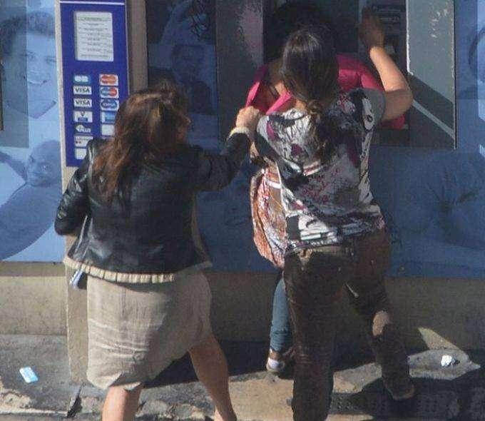 Две цыганки средь бела дня ограбили женщину у банкомата (10 фото)
