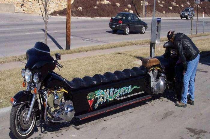 Если занести такой мотоцикл домой, подучится диван, а на даче он станет отличной лавкой для большой компании.