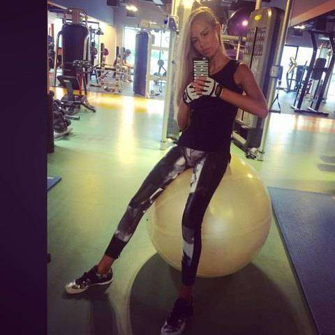 Блондинка демонстрирует свои успехи вспортзале