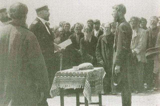 Столыпин принимает рапорт у волостного старшины в селе Пристанном.
