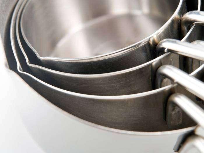 Стальные сковороды всегда смотрятся очень стильно