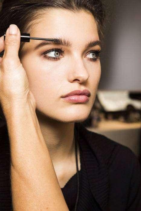 Рекомендуется дополнительно распушать и расчёсывать брови