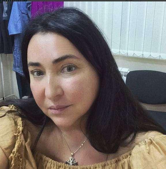 Лолита показала, как выглядит ее лицо без макияжа в 51 год