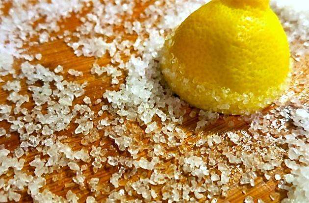 Соль и лимон против грязи на разделочной доске