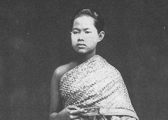 Королева Сунанда Kumariratana Сиама утонула в 1880 году, в окружении своих слуг наблюдавших за ней. Почему они не помогли ей? Потому что они не имели права к ней прикоснуться.