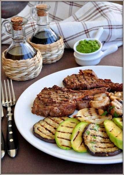 Мужские рецепты: Говядина-гриль на косточке с овощами и зелёным соусом