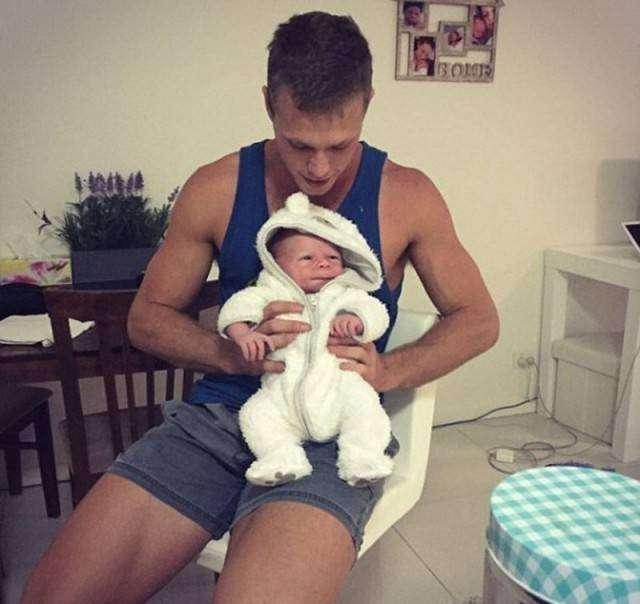 23-летний парень практически в один день стал отцом и дедушкой (6 фото)