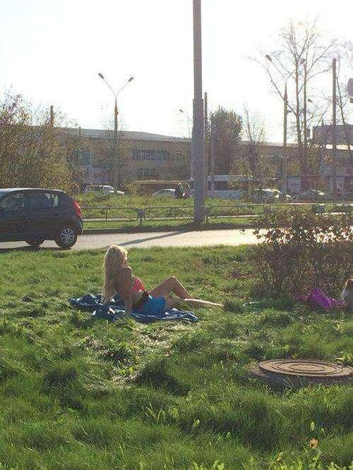 В Перми блондинка в купальнике решила позагорать прямо у дороги (2 фото)