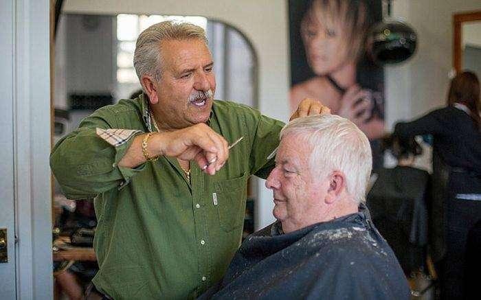 Британец 42 года стригся у одного и того же парикмахера (2 фото)