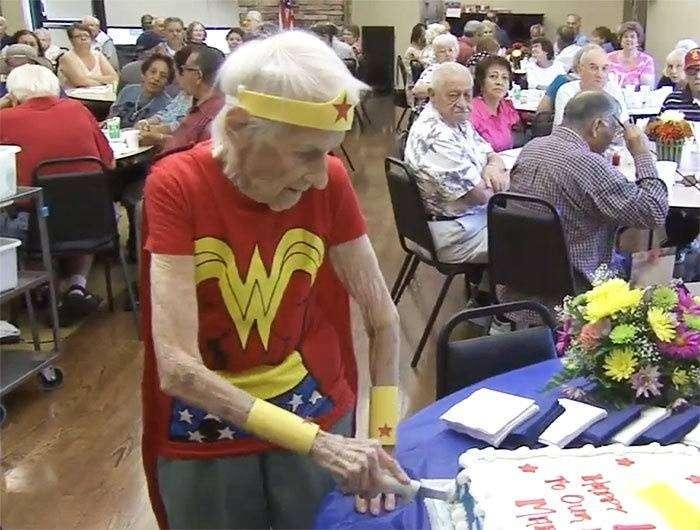Американка отметила свой 103 День рождения, Wonder Woman (2 фото)