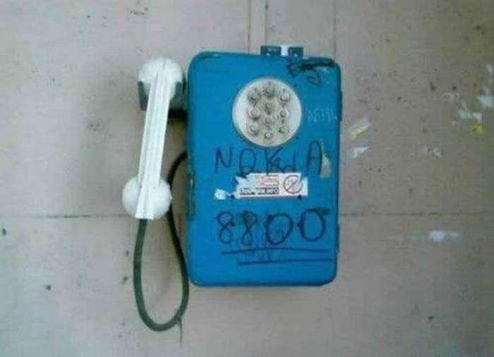 Только в России можно воспользоваться уникальным сотовым таксофоном.