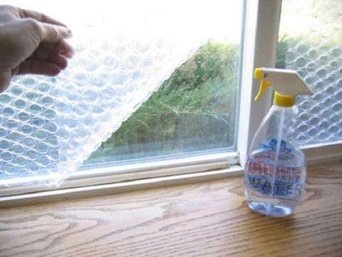 Пузырчатая пленка на окне защитит жилье от холода и сквозняка.