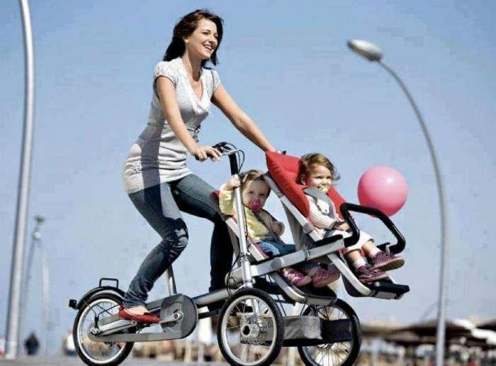 Трехколесный взрослый велосипед со встроенным сидением для ребенка, который легко трансформируется в обычную коляску.