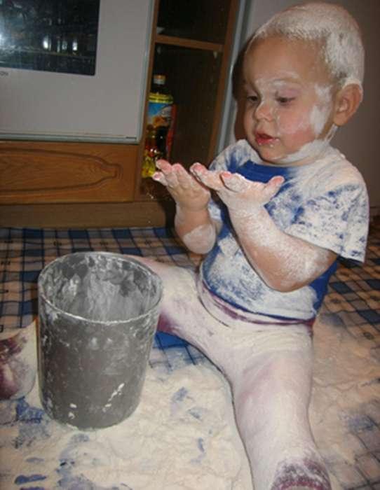 «Не знаю, что мама делает из этой белой штуки, но я сделаю снег!»