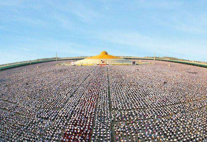 Миллион тайских школьников собрались, чтобы медитировать (4 фото)