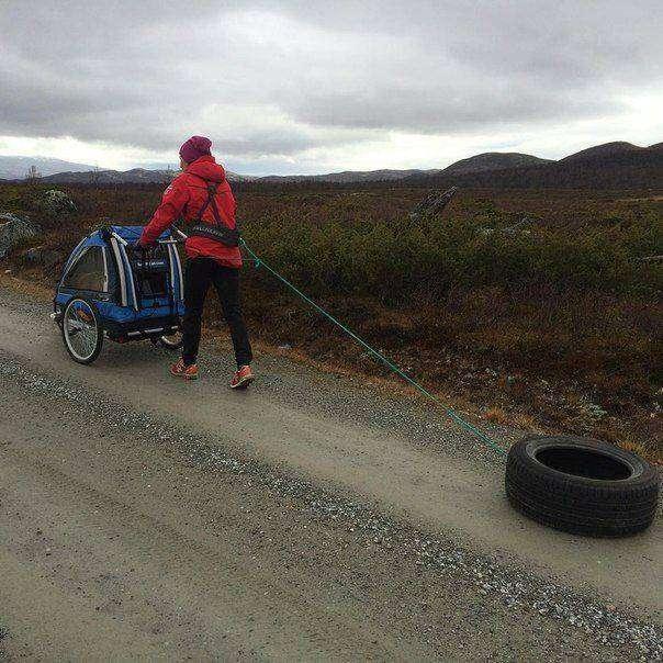 Тура Бергер совмещает прогулку с ребенком и тренировкой (2 фото)