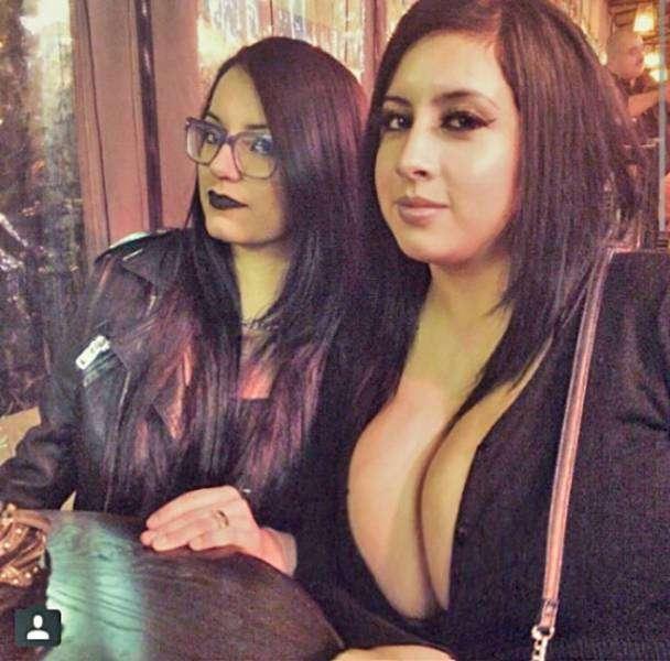 Забавные фото девушек с большой грудью и их подругами (42 фото)