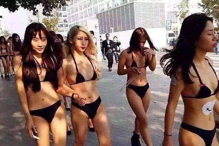 Реклама мобильного приложения на улицах Пекина (4 фото)