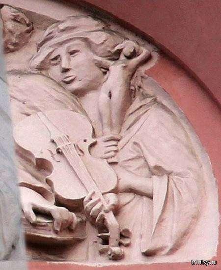 Питерские реставраторы «восстановили» изуродованный барельеф (2 фото)