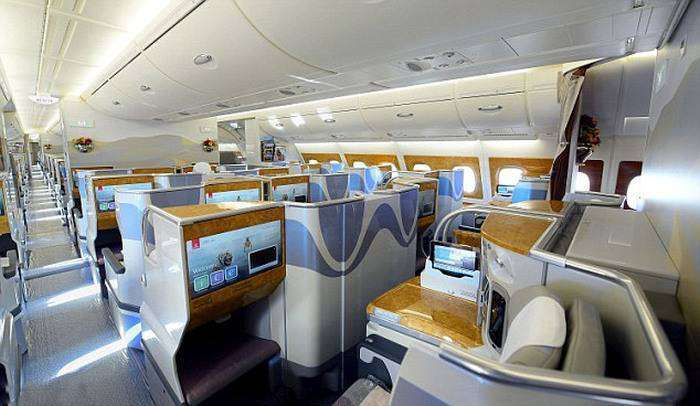 Авиакомпания Emirates Airline представила авиалайнер Airbus A380 (7 фото)
