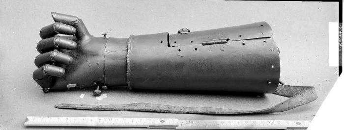 Механический протез руки немецкого рыцаря , жившего в XVI веке (6 фото)