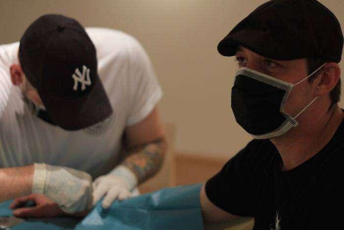 Биохакеры вживили под кожу имплантаты со светодиодами (10 фото)
