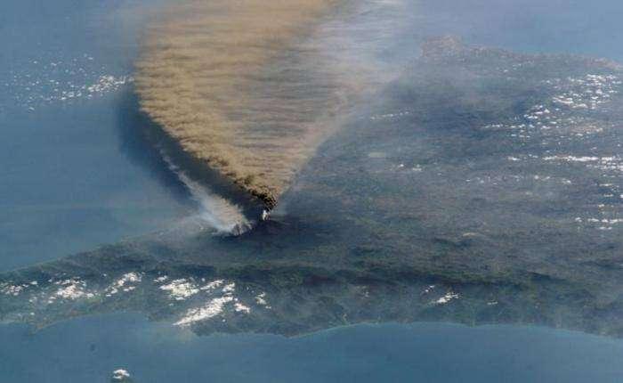 Невероятная мощь вулканов (15 фото)