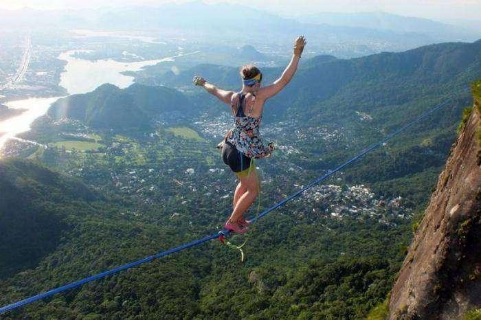 На каблуках по канату на высоте 840 метров (4 фото)