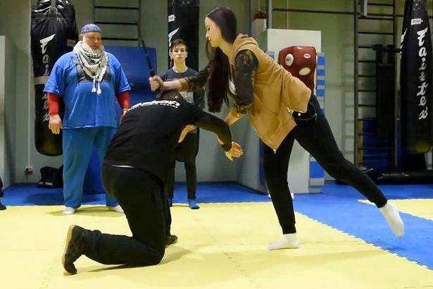 В Москве открылись курсы самообороны с помощью селфи-палки (3 фото)