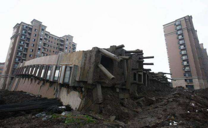 В Китае рухнул дом (11 фото)