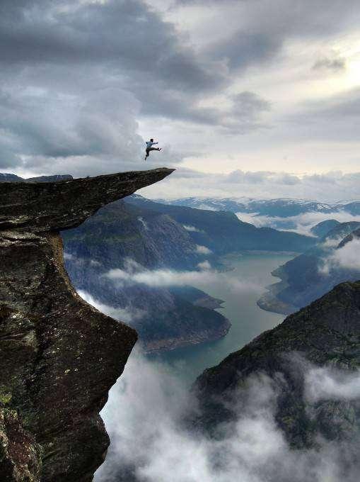 Сальто над 700-метровой пропастью (7 фото)